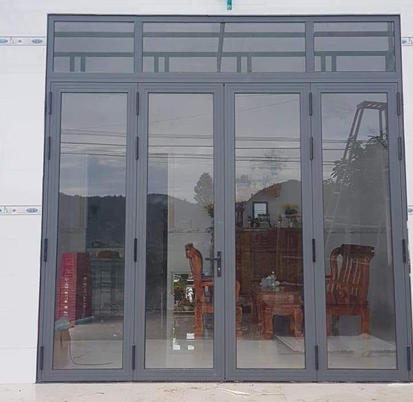 Mẫu cửa nhôm xingfa màu xám ghi hiện đại. chắc chắn