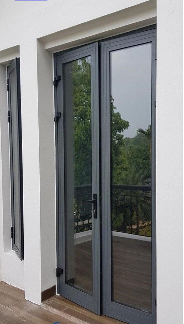 Mẫu cửa nhôm xingfa màu xám ghi đơn giản