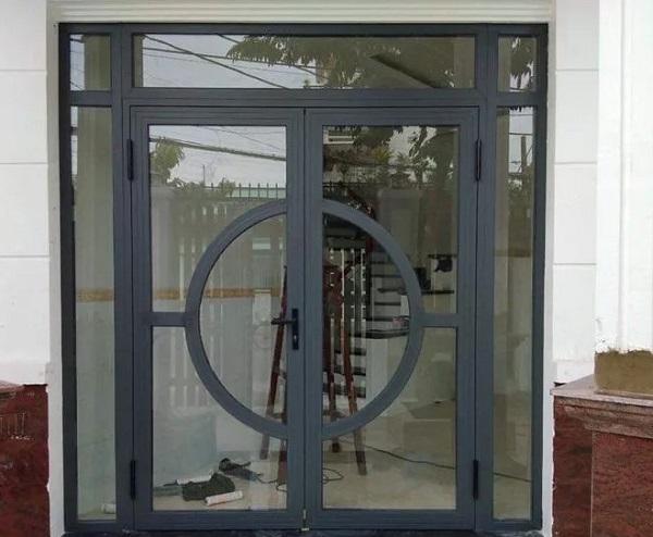 Mẫu cửa nhôm xingfa màu xám ghi với thiết kế khung độc đáo