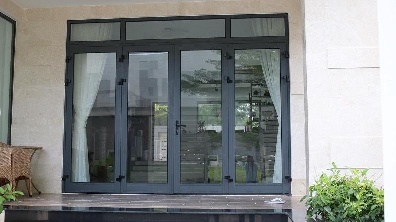 Mẫu cửa nhôm xingfa 4 cánh màu xám ghi và rèm che sang trọng