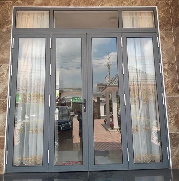 Mẫu cửa nhôm xingfa màu xám ghi kết hợp rèm che