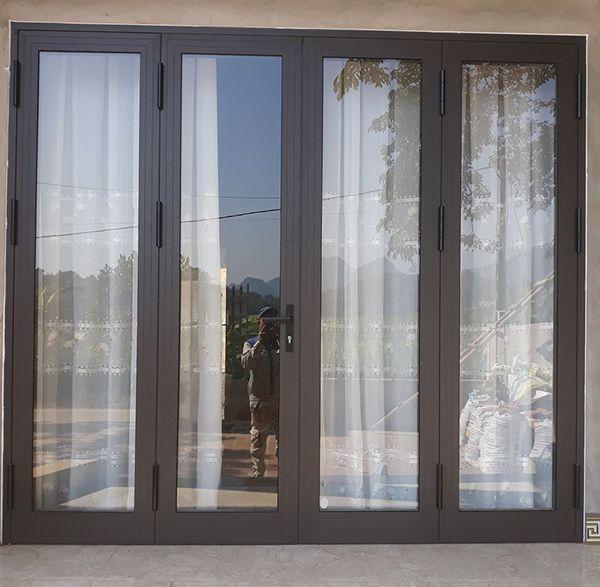 Mẫu cửa nhôm xingfa màu xám ghi 4 cánh kết hợp mái rèm