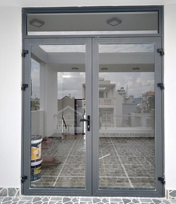 Mẫu cửa nhôm xingfa màu xám ghi đẹp, đơn giản