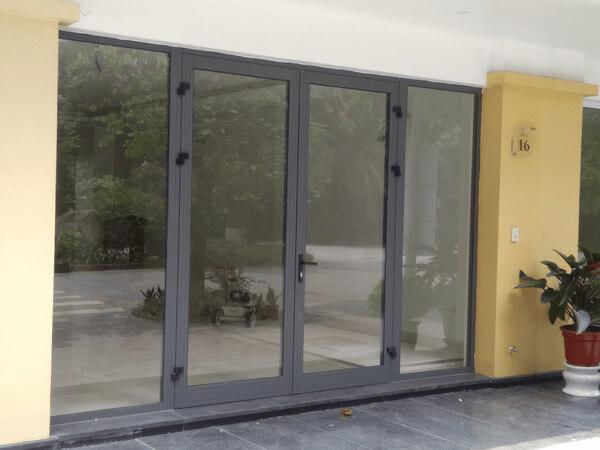 Mẫu cửa nhôm xingfa 2 cánh màu xám ghi đơn giản