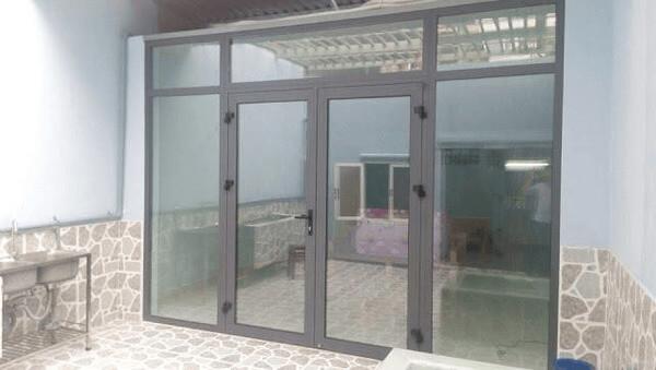 Mẫu cửa nhôm xingfa màu xám ghi 3 cánh hiện đại