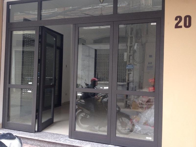 Mẫu cửa nhôm xingfa màu xám ghi cho nhà phố