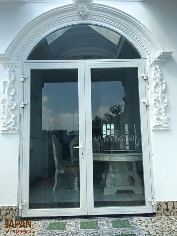 Mẫu cửa nhôm xingfa uốn vòm màu trắng phù hợp với tông màu của ngôi nhà