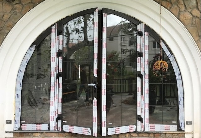 Mẫu cửa sổ nhôm xingfa uốn vòm hiện đại
