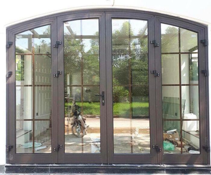 Mẫu cửa nhôm xingfa uốn vòm màu nâu an toàn