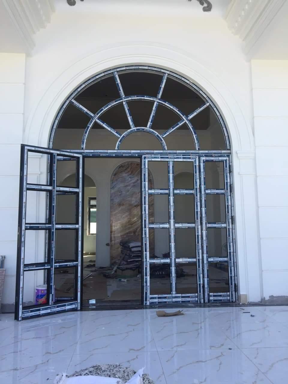Mẫu cửa nhôm xingfa uốn vòm chia ô độc đáo
