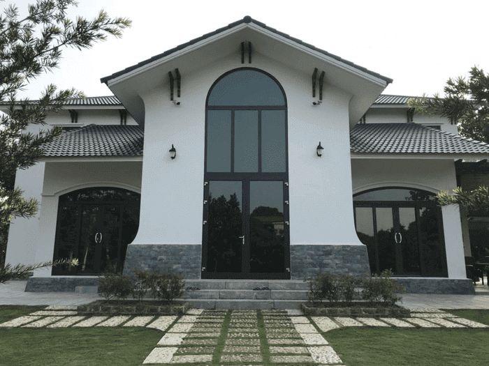 Bộ cửa nhôm xingfa uốn vòm màu đen đơn giản