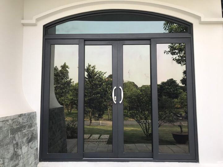 Mẫu cửa nhôm xingfa uốn vòm màu đen hiện đại