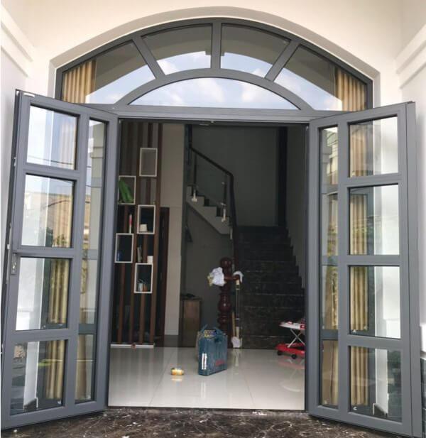 Mẫu cửa nhôm Xingfa uốn vòm chia ô kết hợp rèm che