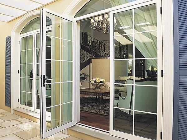 Mẫu cửa nhôm kính phòng khách chia ô