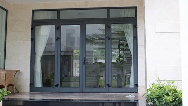 Mẫu cửa nhôm kính phòng khách màu đen kết hợp rèm che màu trắng