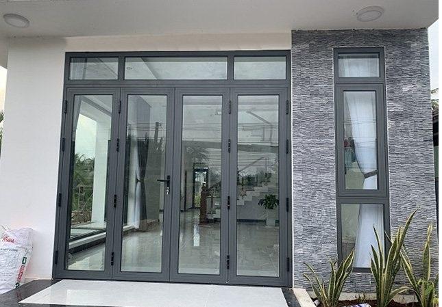 Mẫu cửa nhôm kính phòng khách 4 cánh hiện đại