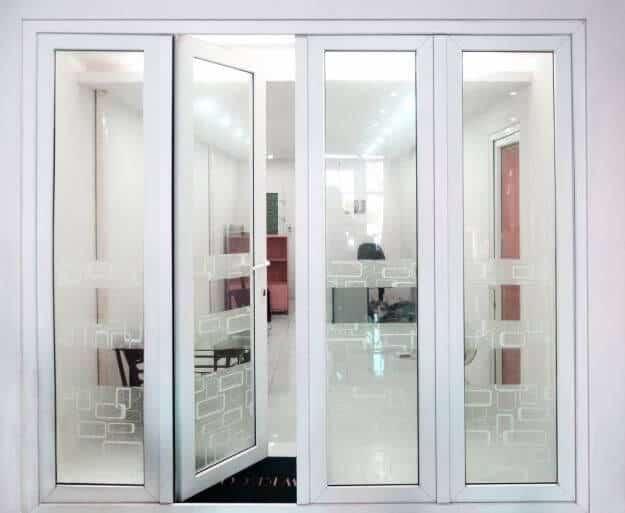 Mẫu cửa nhôm kính phòng khách màu trắng sang trọng