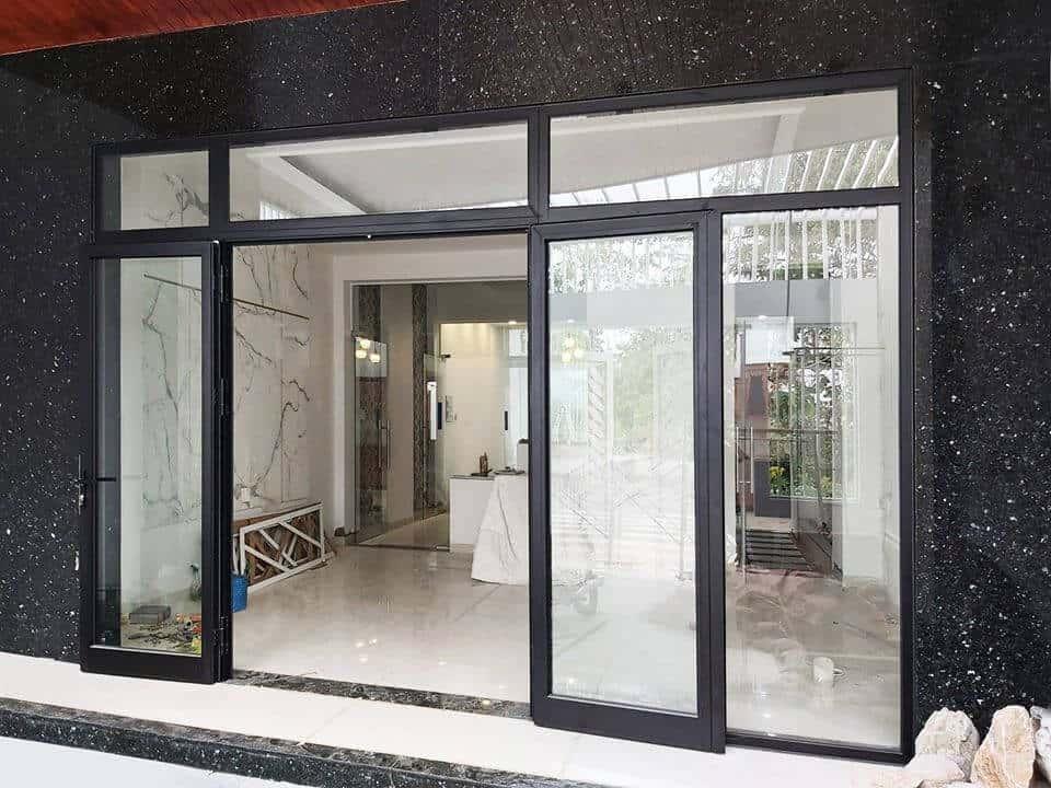 Mẫu cửa nhôm kính phòng khách màu đen kết hợp với đa hoa cương