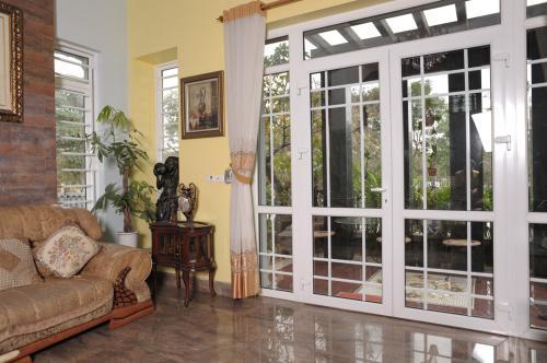 Mẫu cửa nhôm kính phòng khách chia ô hiện đại