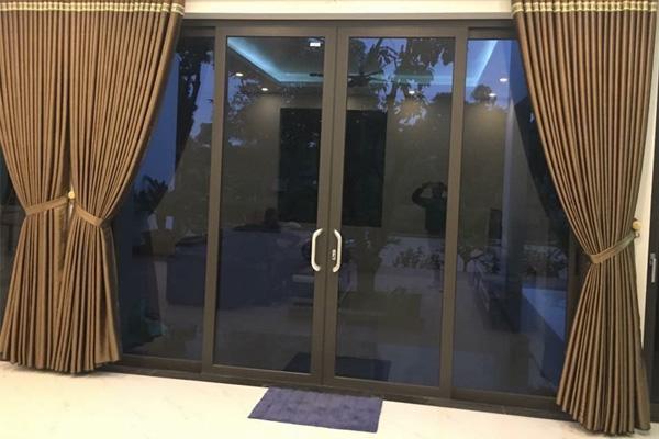 Mẫu cửa nhôm kính phòng khách mở lùa kết hợp rèm che