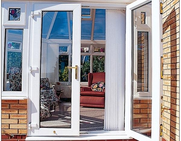 Mẫu cửa nhôm kính phòng khách màu trắng 2 cánh hiện đại