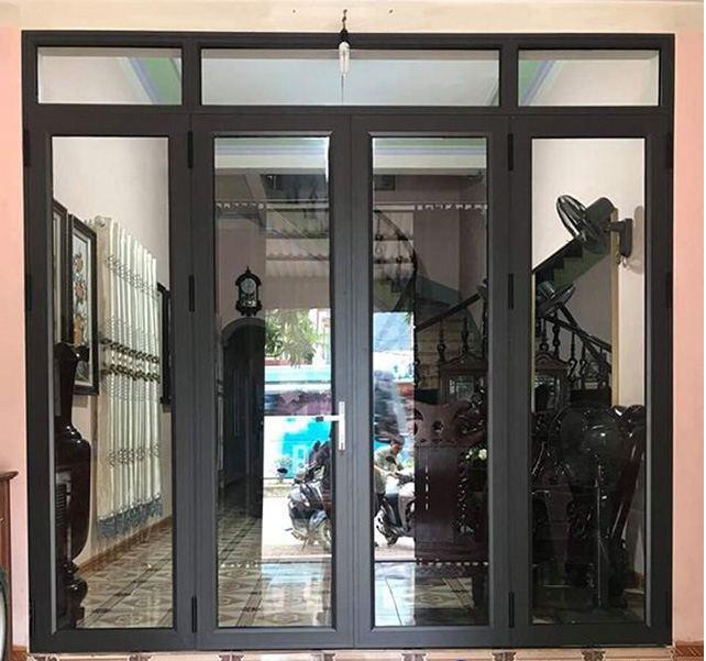 Mẫu cửa nhôm kính phòng khách màu đen chắc chắn