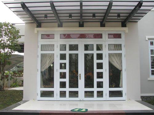 Mẫu cửa nhôm kính phòng khách màu trắng chia ô