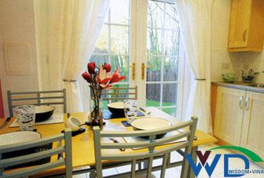 Mẫu cửa nhôm kính phòng bếp chia ô kết hợp với rèm trắng