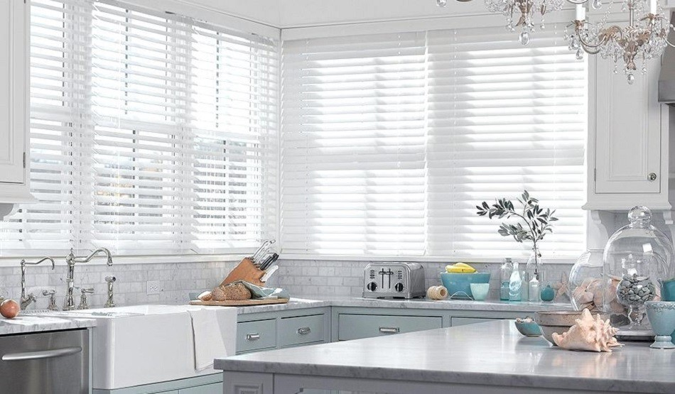 Mẫu cửa nhôm kính phòng bếp màu trắng chớp lật sang trọng