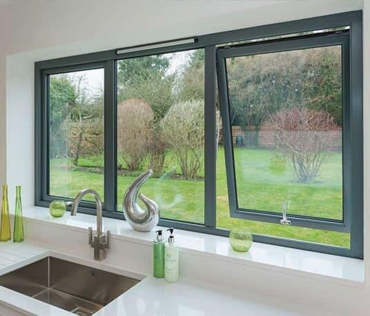 Mẫu cửa sổ nhôm kính phòng bếp mở hất lấy sáng ngoài sân vườn